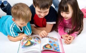 Дети_читают_книгу
