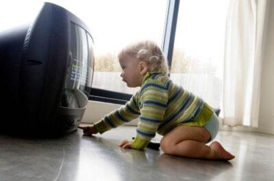 Можно ли ребенку долго смотреть телевизор